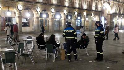 La Policía local, de patrulla en la Plaza Mayor de Salamanca | ARCHIVO