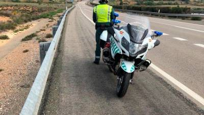 Agente de la Guardia Civil en la carretera. | E.P.