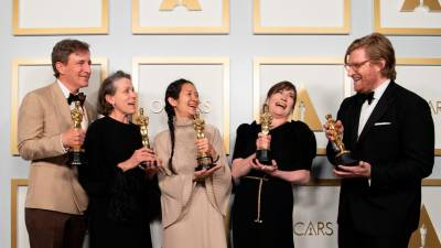 Peter Spears, Frances McDormand, Chloe Zhao, Mollye Asher, and Dan Janvey, con sus Oscar por 'Nomadland' | E.P.